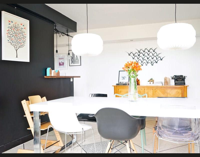 Une salle à manger avec des chaises dépareillées