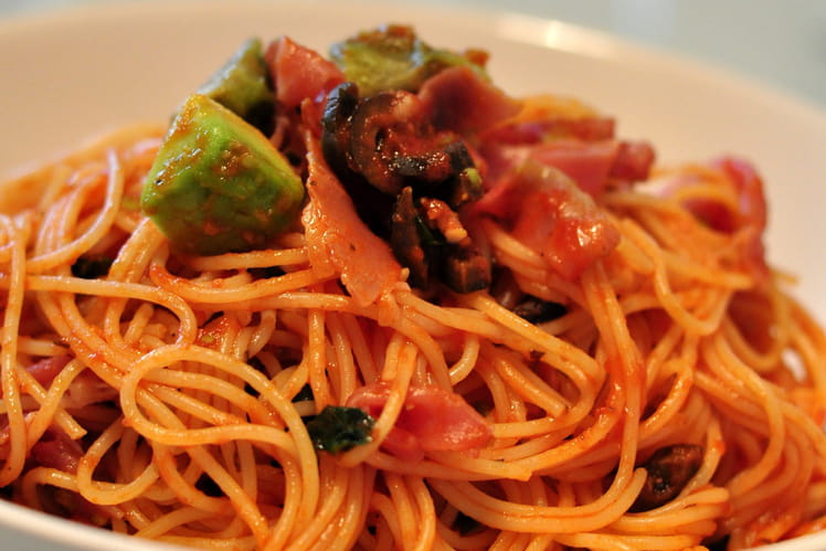 Capellini à la sauce tomate, avocat et jambon cru