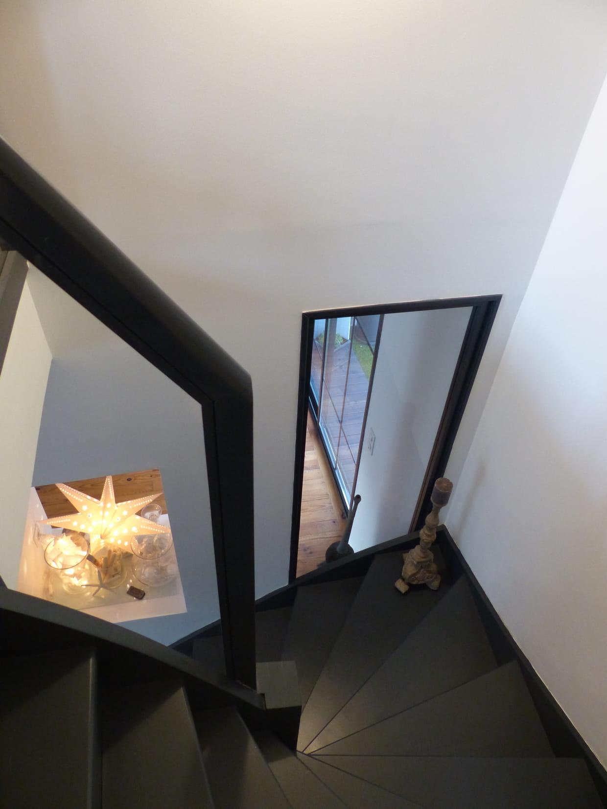 un escalier sombre mais lumineux. Black Bedroom Furniture Sets. Home Design Ideas