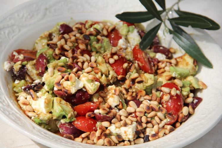 Salade aux olives Kalamata, avocats, feta, pignons et tomates