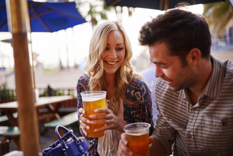Les femmes boivent désormais autant d'alcool que les hommes