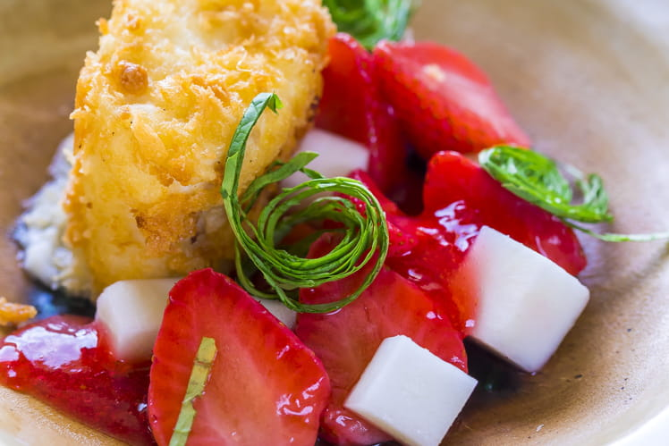 Merlu de ligne croustillant, vinaigrette de fraises Charlotte Label Rouge en pickles, salade de kabu