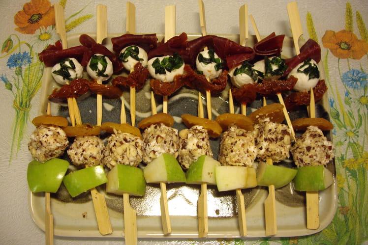 Brochettes fruits, feta, mozzarella et viande de grison