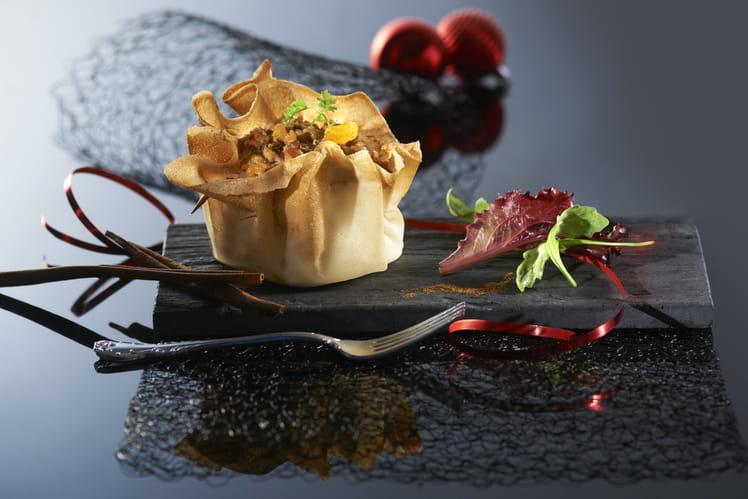 Aumônières de farce au foie gras et au chutney d'abricots, sur lit de pain d'épices