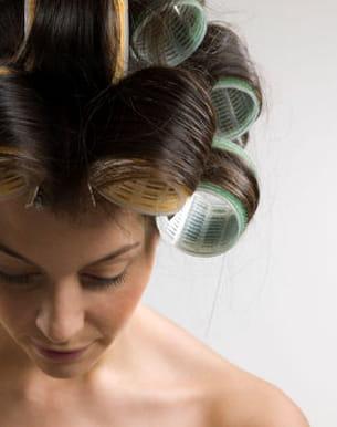 mettez des rouleaux autour de vos cheveux