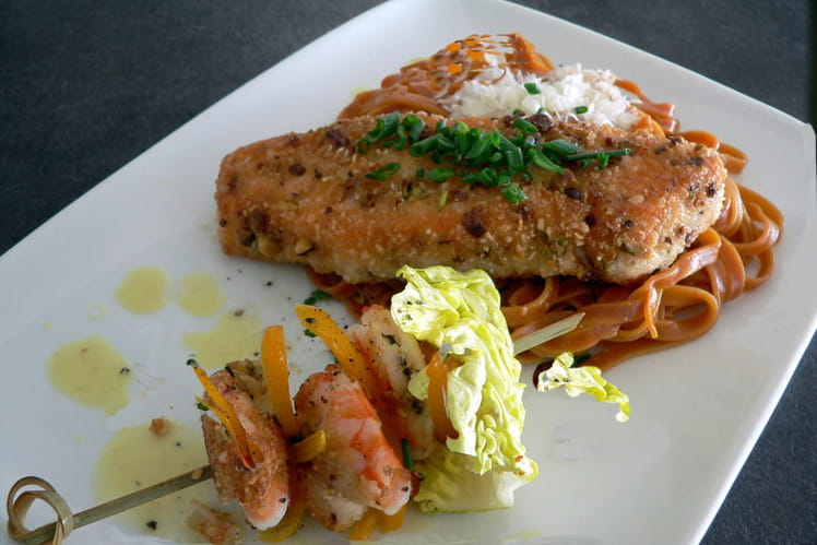 Saumon et crevettes panées, pâtes à la betterave