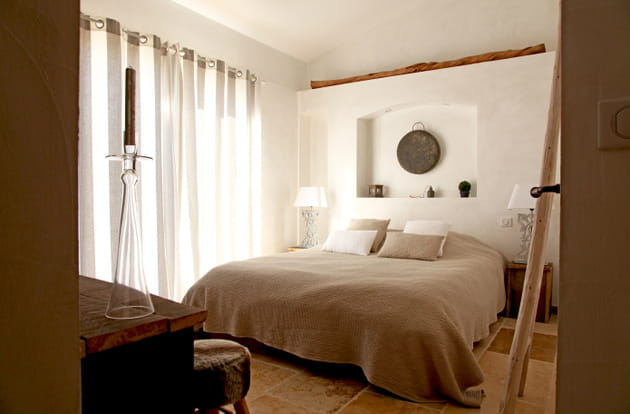 chambre taupe et blanche harmonieuse