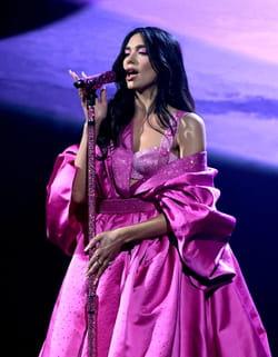 dua-lipa-grammy-awards-2021-tenue-Versace