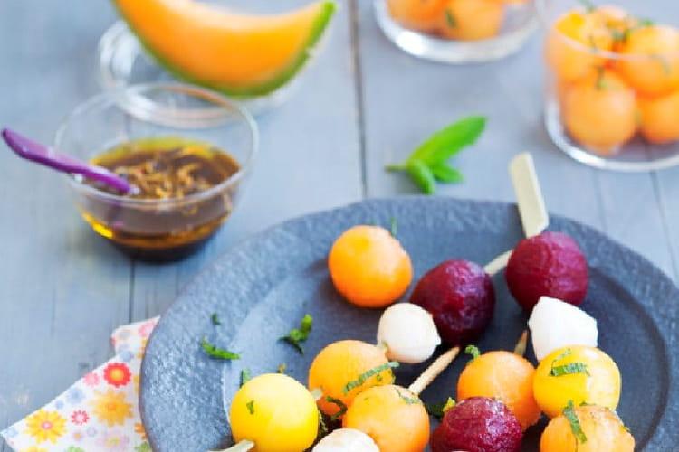 Brochettes de melon, mozzarella, betterave et mangue au sirop balsamique