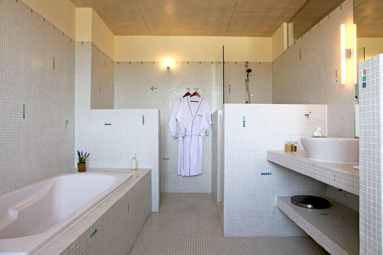 Tonalit claire dans la salle de bains for Comfemme nue dans la salle de bain