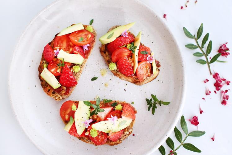 Crostini de fraises, avocat et tomates cerises