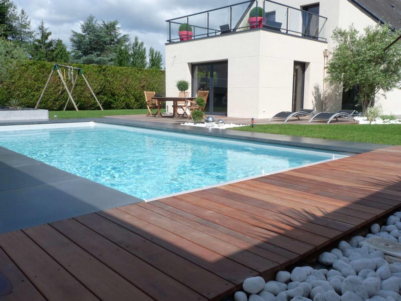 Une plage de piscine en bois exotique for Piscine bois design