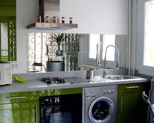 un miroir qui agrandit les petites cuisines. Black Bedroom Furniture Sets. Home Design Ideas