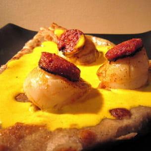 galette aux saint-jaques et chorizo, sauce safran
