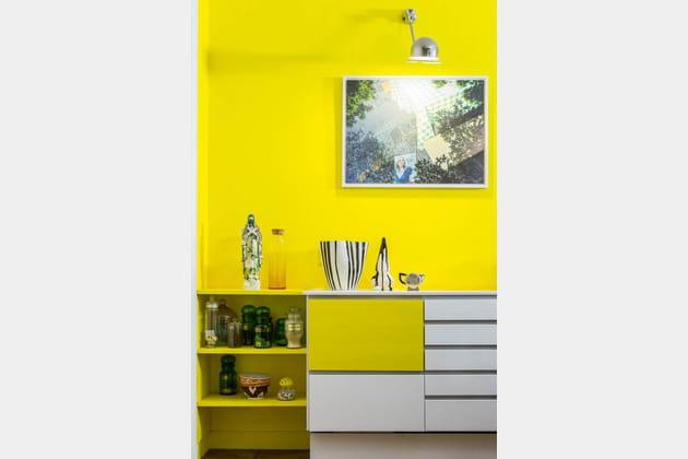 De la peinture jaune au mur