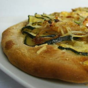pizza courgette-oignon à l'emmental