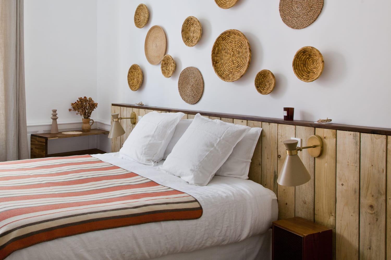 Lambris: bois, PVC, pose... il habille mur et plafond