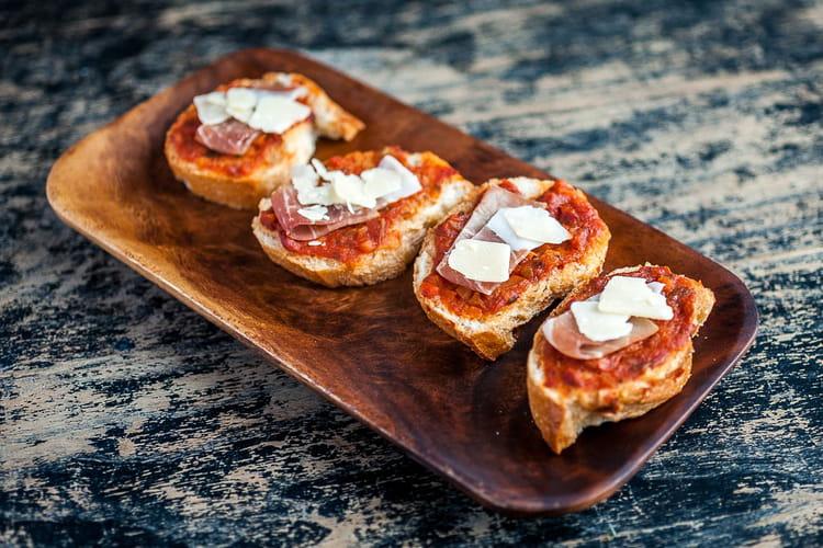 Bruschetta sauce tomate de Marmande, jambon de pays et Ossau Iraty