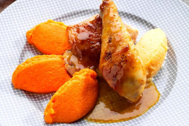 Volaille laquée au jus de volaille à la carotte et purée de carottes