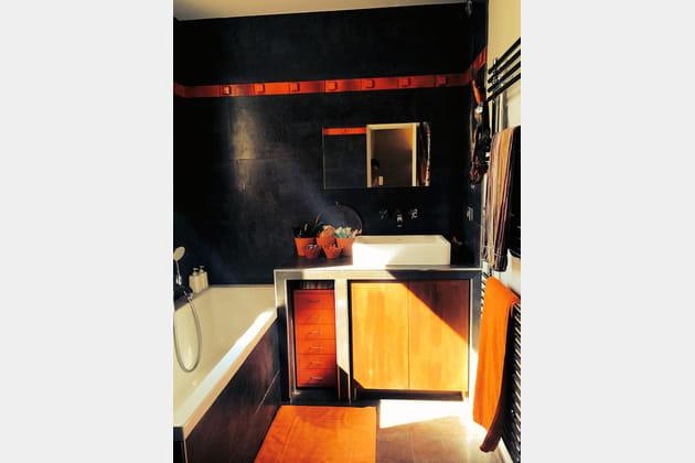 Une salle de bains orange et noire