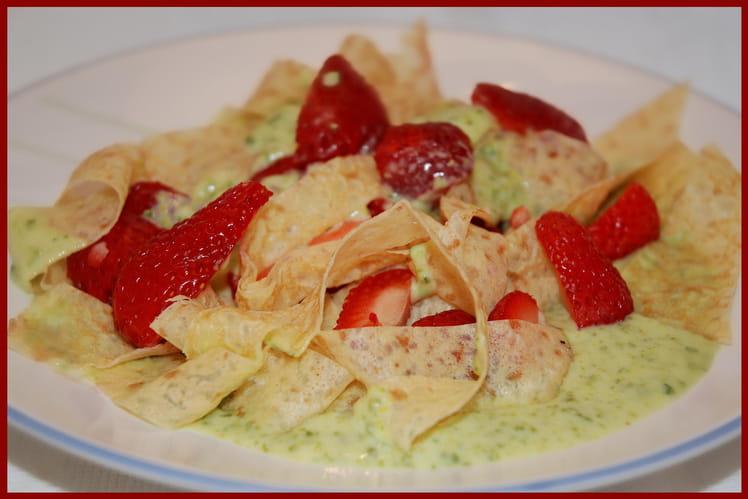 Tagliatelles de crêpes, fraises et sauce pistache