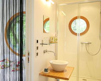 La salle de bains la d co pur e - Chambre blancheidees deco chambre classe epuree ...