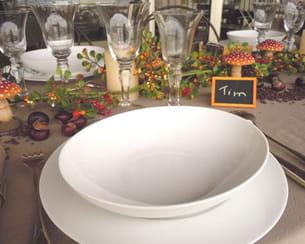 des assiettes blanches, simples et tout en rondeur