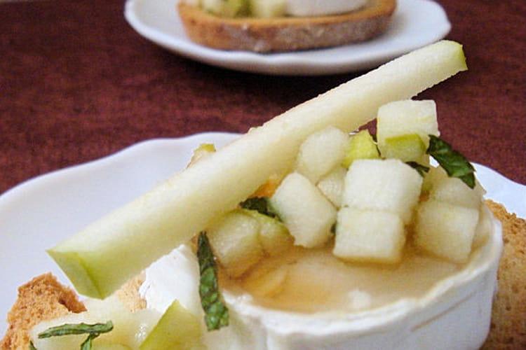 Tartine de chèvre chaud, miel, pomme granny, menthe