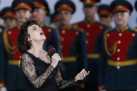 Une femme devant l'Armée Rouge, en Russie en 2012