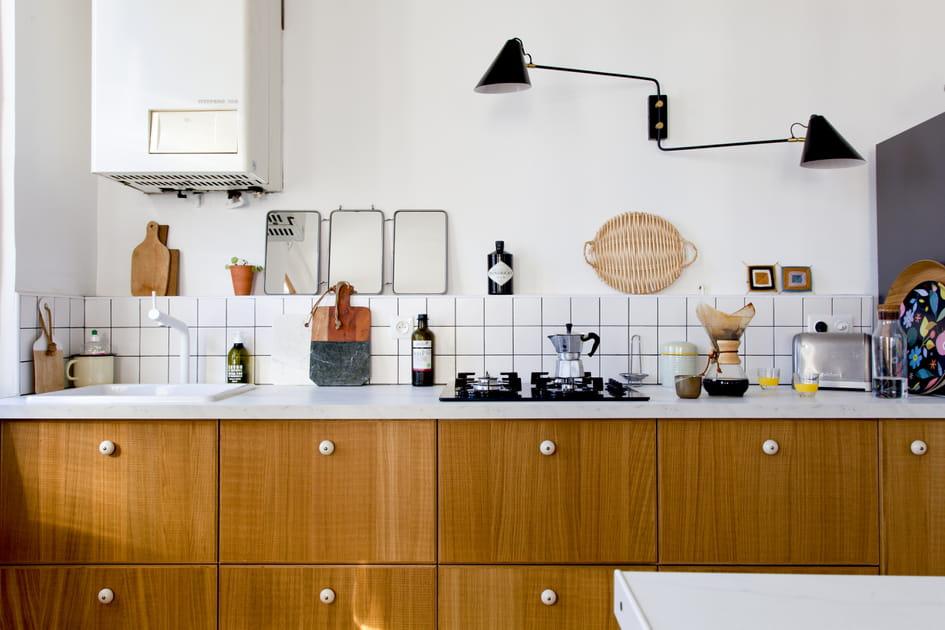 Une cuisine en bois et carrelage de boucher