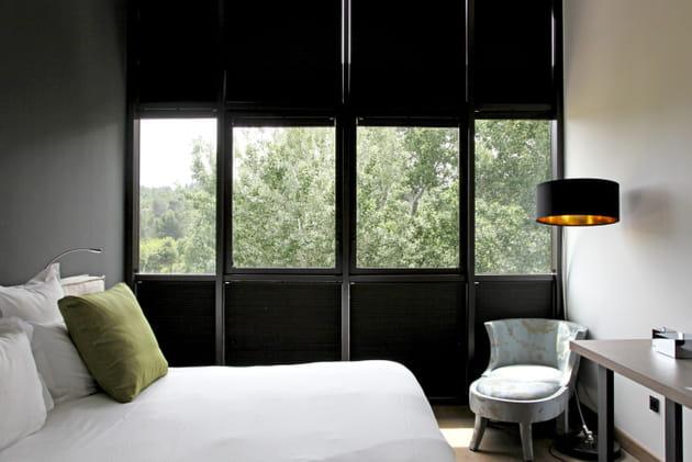 Une chambre noire et blanche