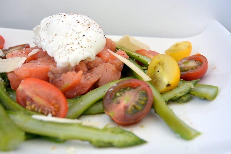 Salade aux asperges croquantes, tartare de saumon et oeuf poché