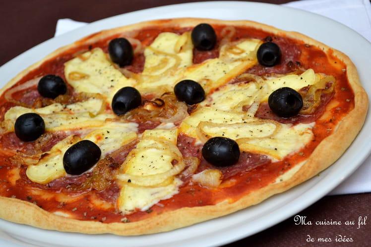 Pizza au Reblochon, salami rosette et oignons grillés