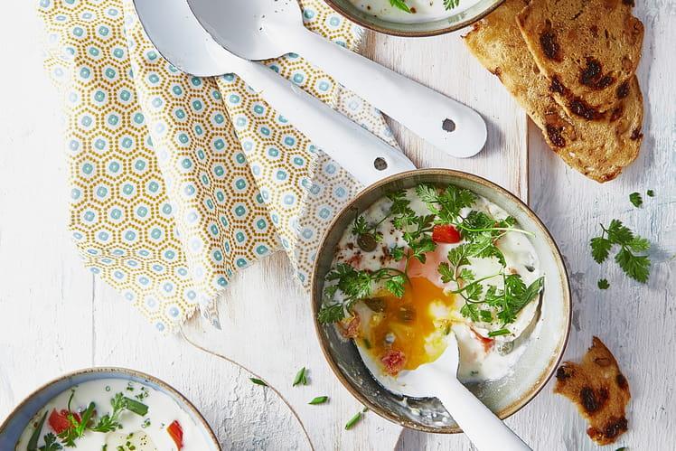 Œufs cocotte à la crème fraîche de chèvre Chavroux, tomates confites et câpres aux herbes