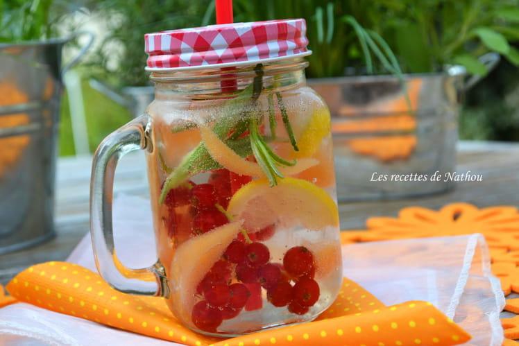 Eau aromatisée au melon, groseilles rouges et citron Detox water