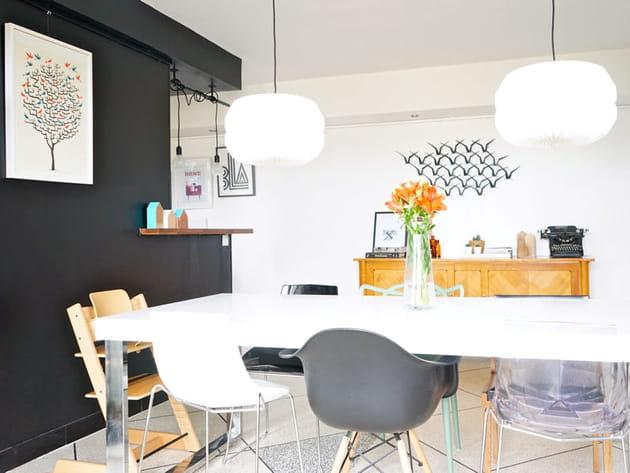 Une Salle A Manger Avec Des Chaises Depareillees