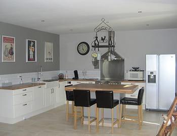 une cuisine en gris clair. Black Bedroom Furniture Sets. Home Design Ideas