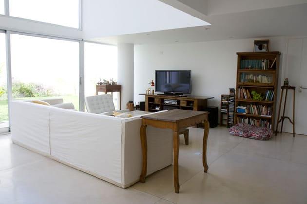 Un salon en bois et blanc