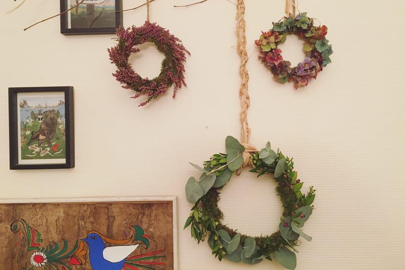 DIY: un triptyque de couronnes de fleurs