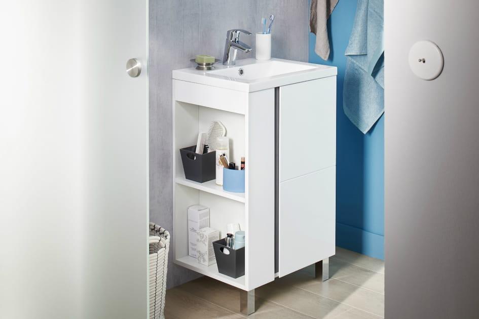 Un petit meuble vasque avec rangements accessibles