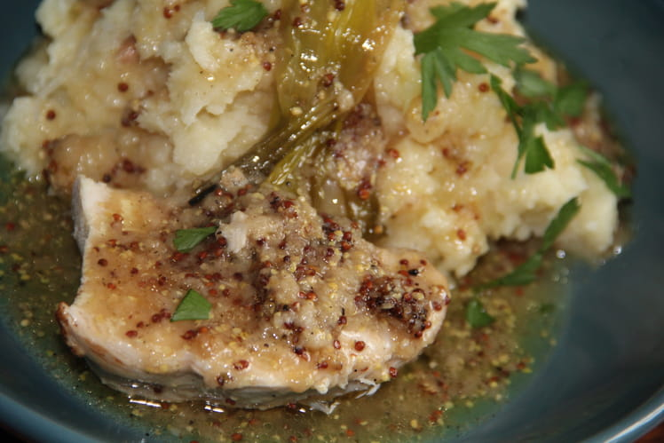 Rôti de dinde pané, purée de panais, oignons caramélisés