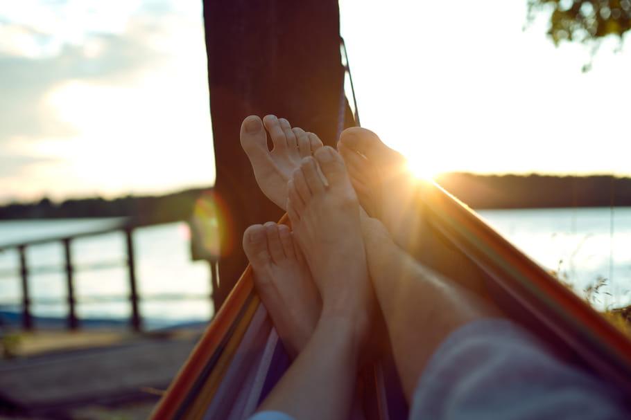 Bouée, hamac, chaise longue… Comment prendre son pied en été?