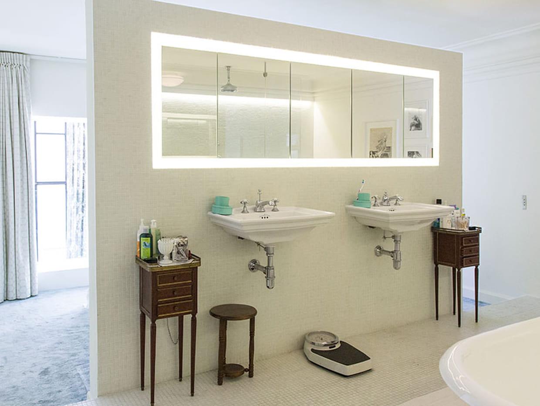 une grande salle de bains ouverte sur la chambre. Black Bedroom Furniture Sets. Home Design Ideas