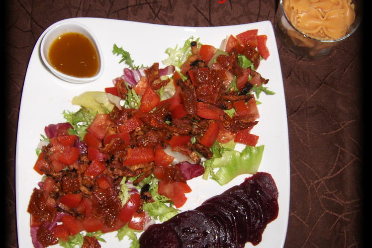 Salade rouge de pâtes aux tomates et lardons