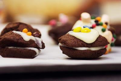 les whoopies au chocolat, crème vanillée, réalisés par les enfants.