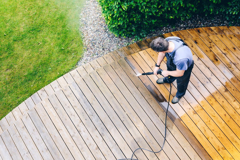 Nettoyer sa terrasse: ce qu'il faut faire pour un extérieur éclatant