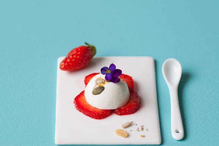 Tartelette mousse yaourt grec sur lit de fraise