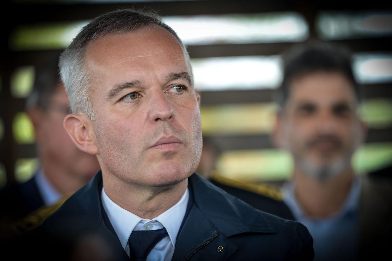 """François de Rugy, enfariné à Nantes au cri de """"Rends le homard!"""""""