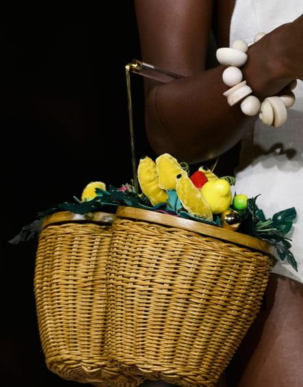 Le sac panier fleuri du défilé Charlotte Olympia