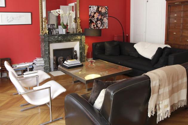 Mur rouge éclatant au salon